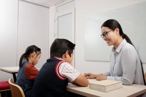 補習老師正在耐心教導學生
