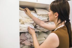 整理衣櫃內大量的衣物及進行大掃除