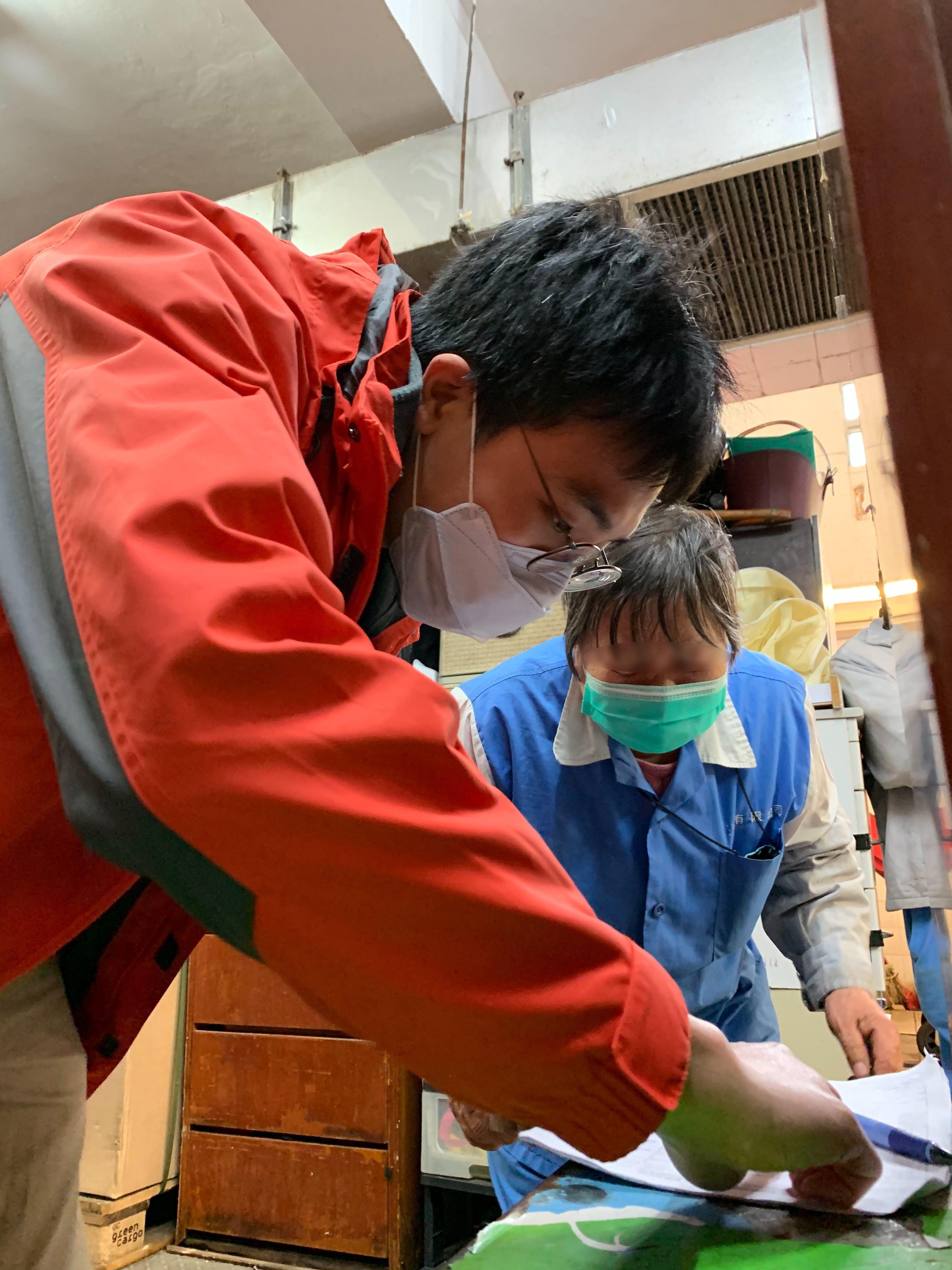 Moovup同事在為清潔工人登記以領取口罩