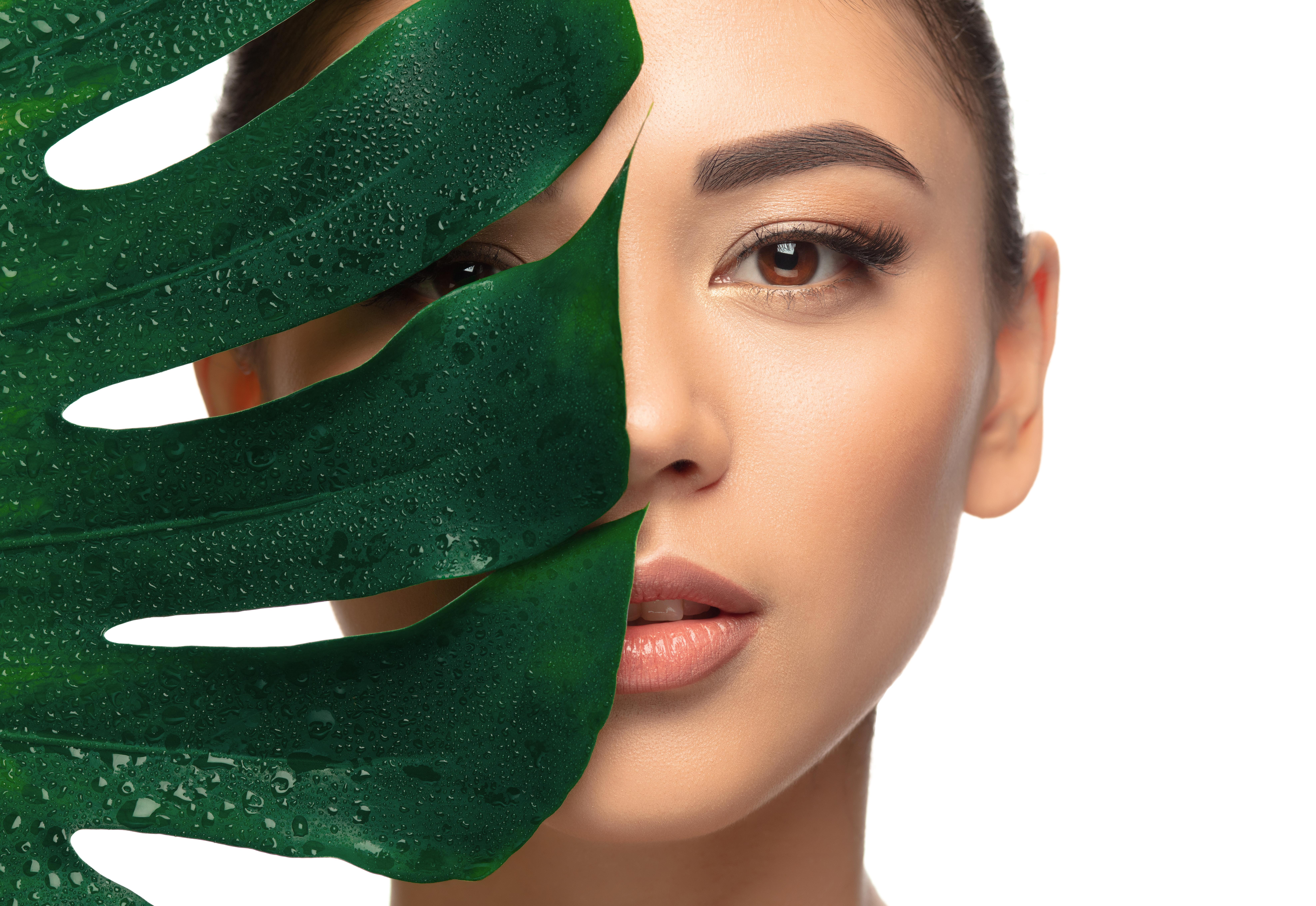 美容師正在為客人進行皮膚護理以及按摩
