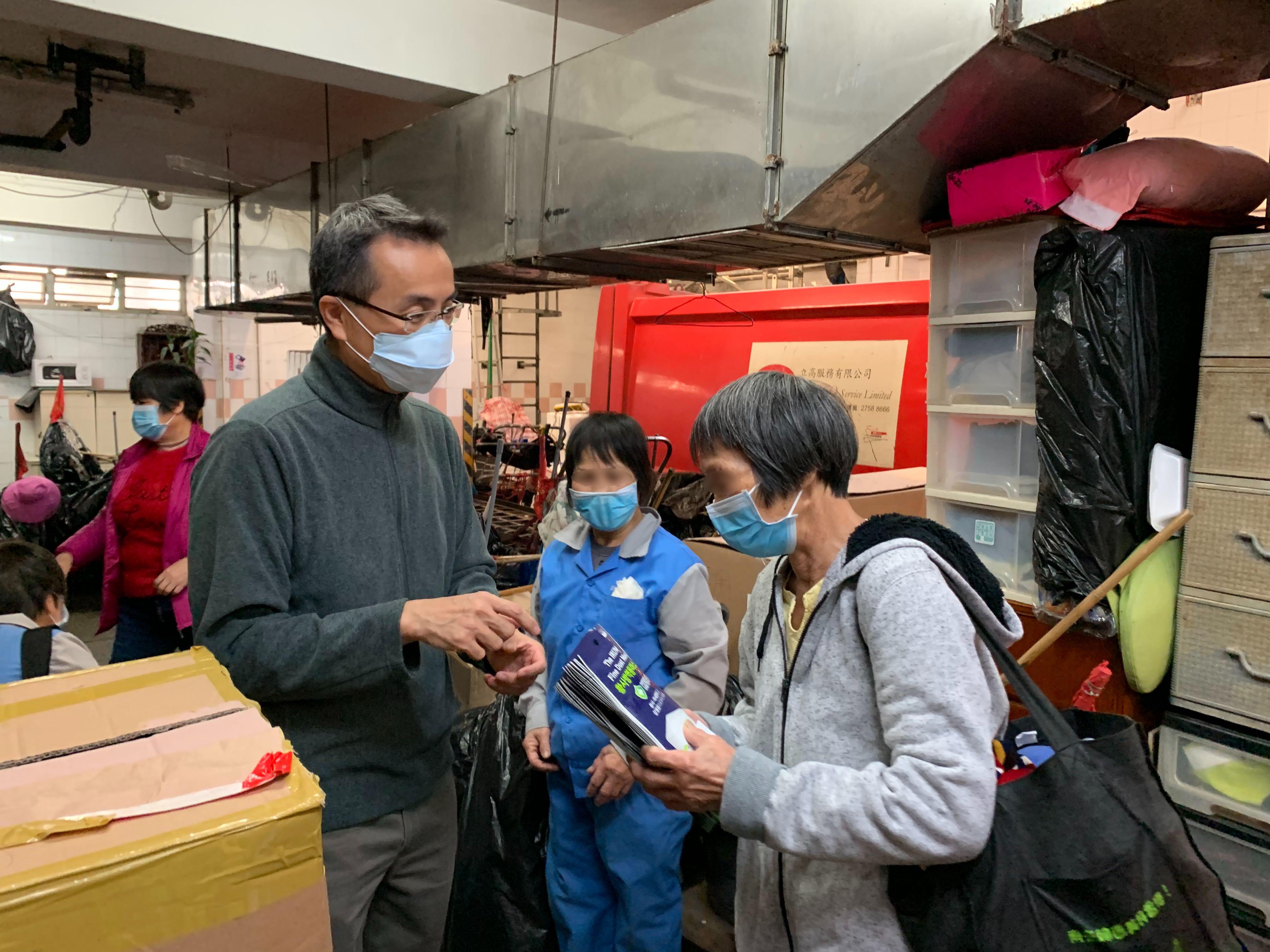 Moovup的同事們在東區的一個垃圾站中派發口罩給清潔工人