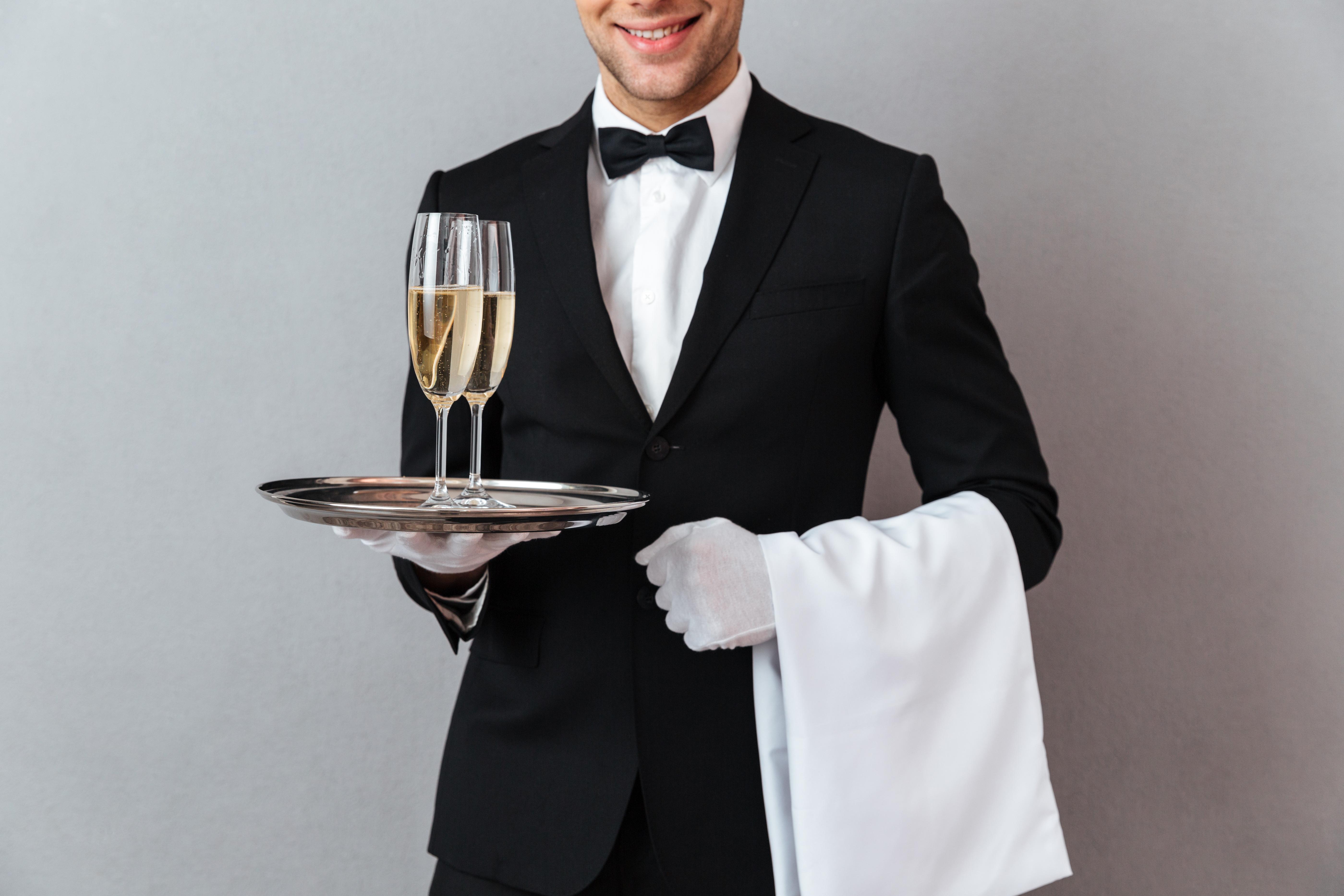 一名餐飲服務員正在派發餐具