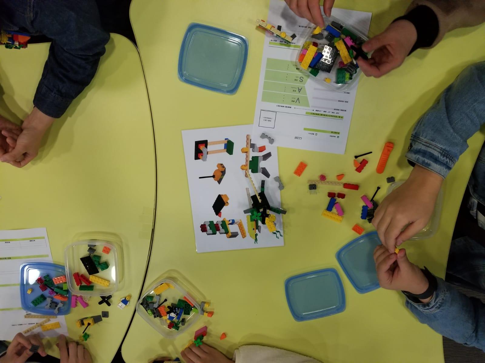 各位都很専注研究如何去完成手上的Lego