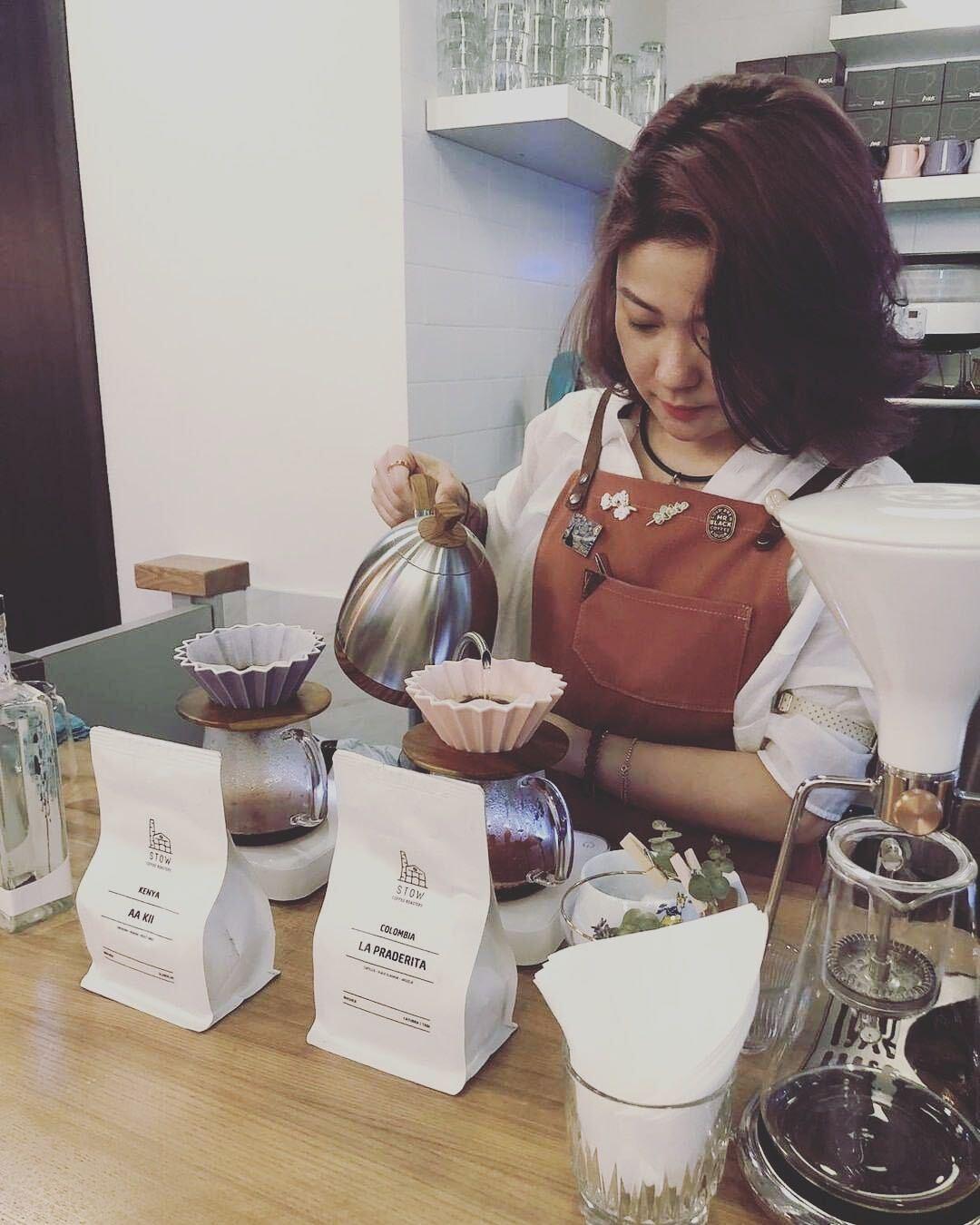 Mandy Mok在咖啡店沖咖啡 練習咖啡比賽-咖啡師入行學沖咖啡-咖啡師學徒人工-免費咖啡師課程