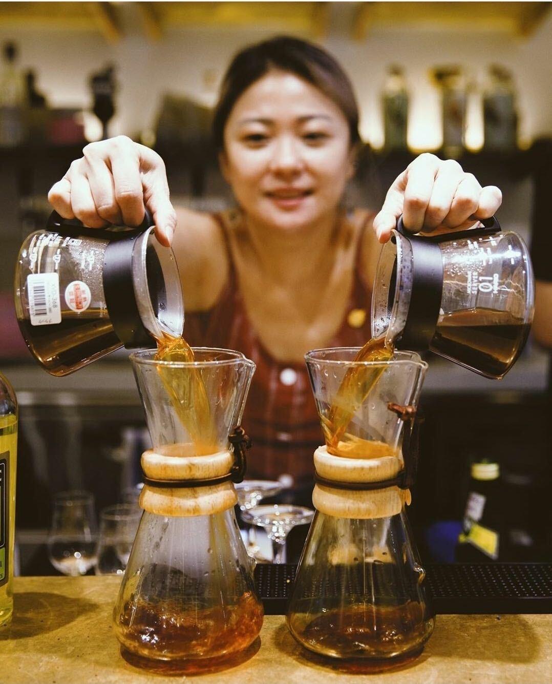 Mandy Mok 在咖啡店內開心地沖手沖 pour over 沖咖啡 Liz coffee