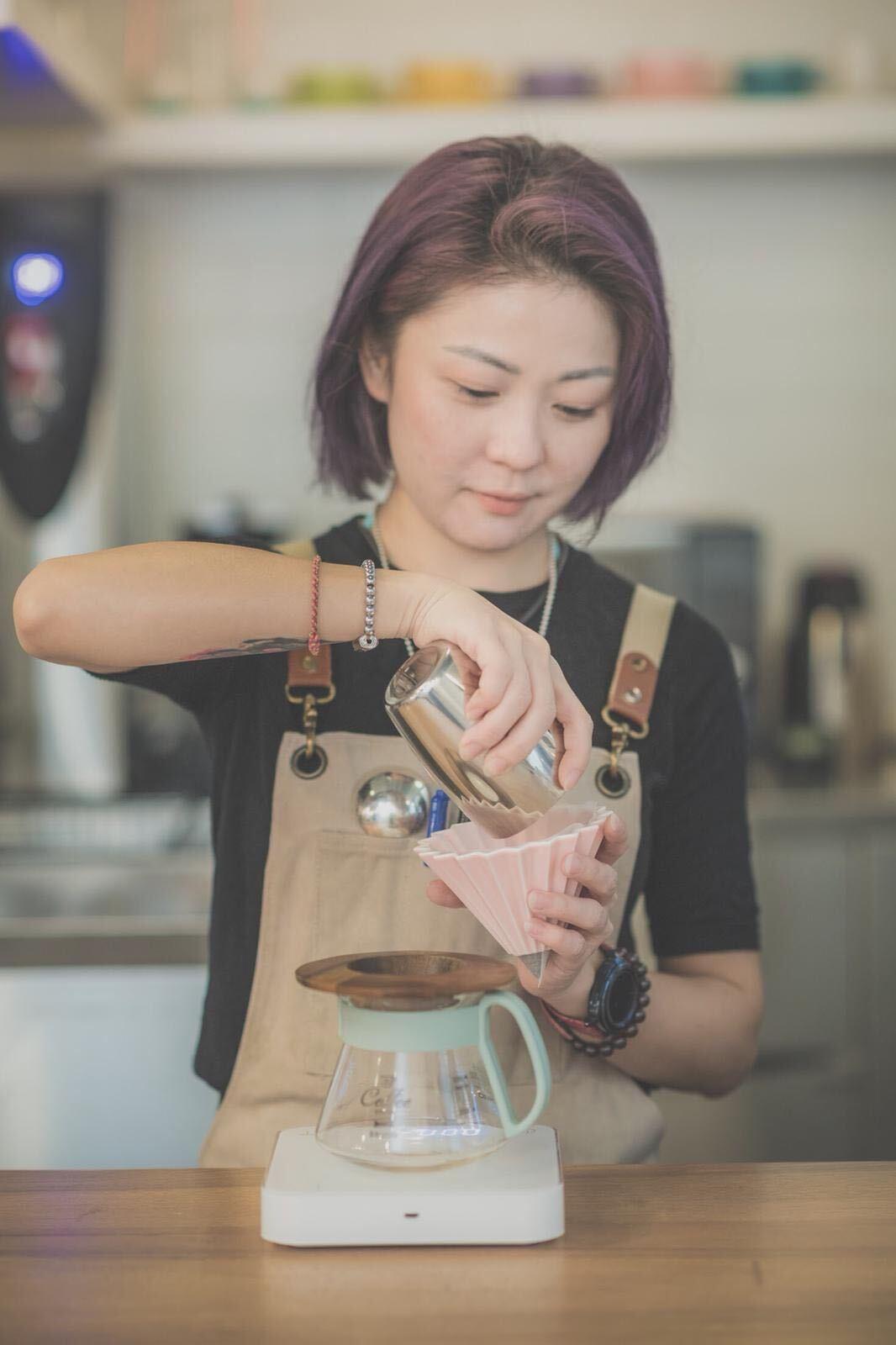 Mandy Mok barista 在咖啡店內 開心沖咖啡 咖啡師學徒 Liz coffee